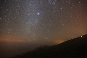 La estrella Canopo, la más brillante de la imagen, sobre la Montaña de Azufre, en Mazo