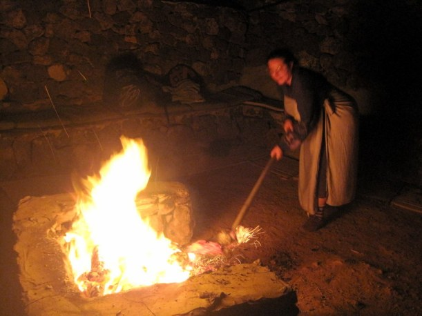 La Mujer del fuego sacando piedras al rojo vivo