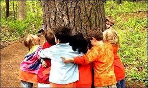 niños y árbol