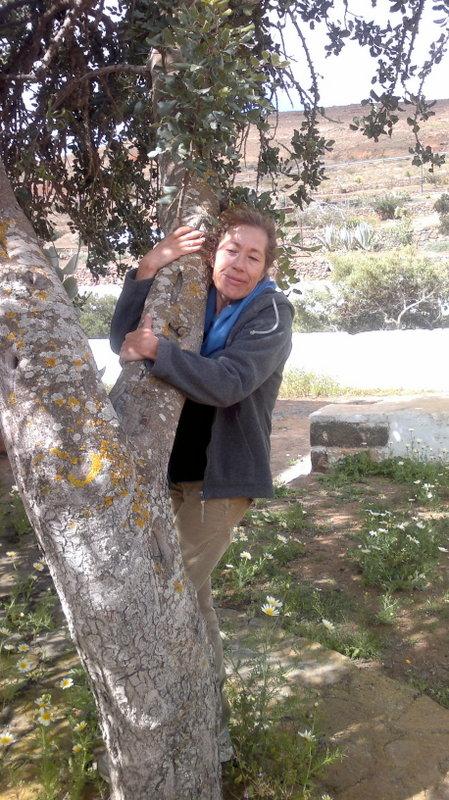 Susana abraza a un árbol