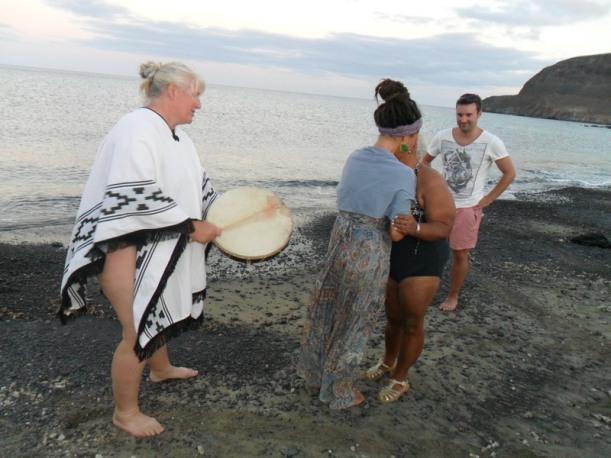 Indra y Elena se abrazan y Dagmar apoya con el tambor (7)