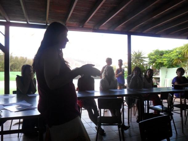 María impartiendo el taller sobre La Flor de la Vida